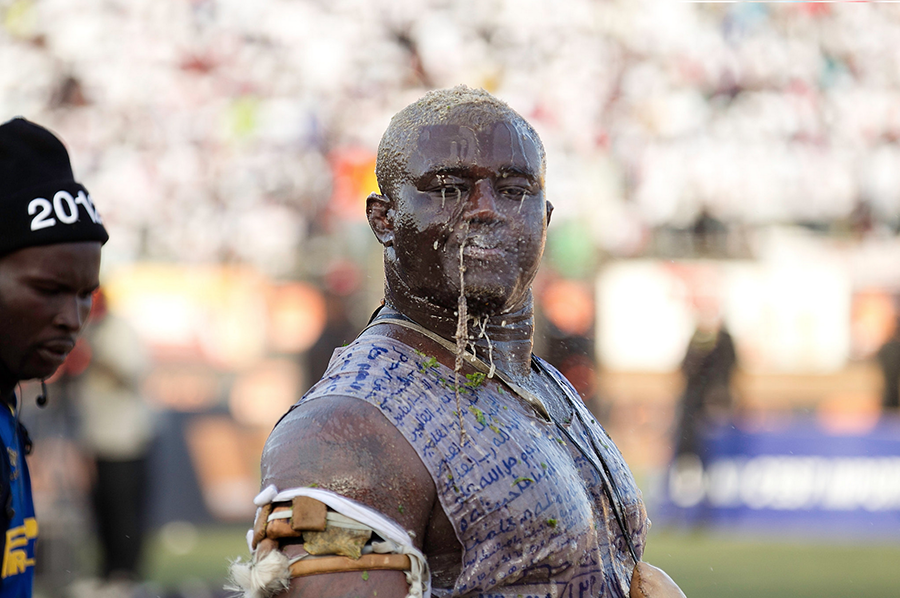 griot-magazine-Balla Gay had liquid blessed by a marabout poured on his head before the match. -©Joe Penney - The New York Times copia