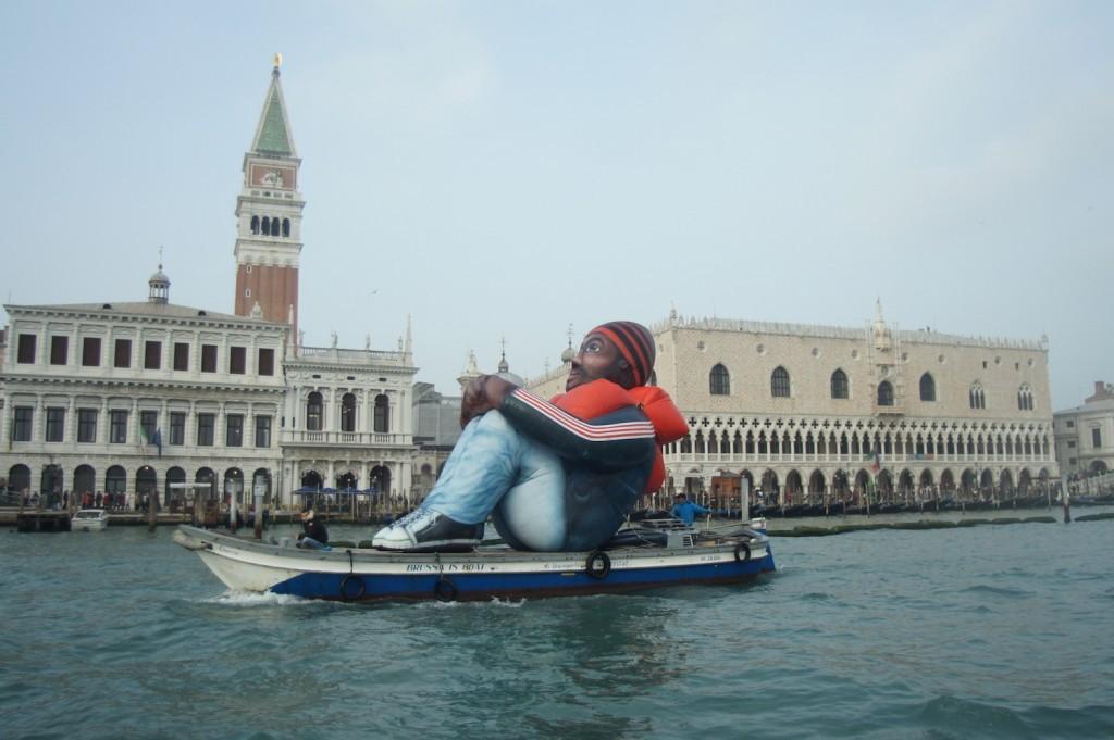 Inflatable Refugee | Un profugo gigante in viaggio dai canali di Venezia verso il mondo