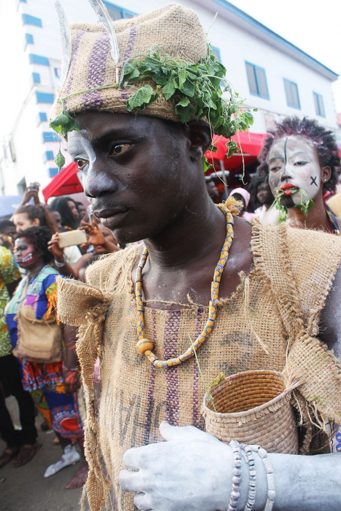 17-griot-mag-A-day-in-Serge-Attukwey-studio-afrogallonism-