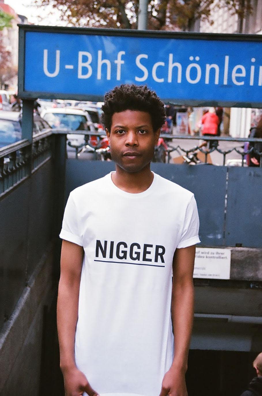 Him Noir | Questo artista indossa- le frasi razziste che gli dicono in giro-5