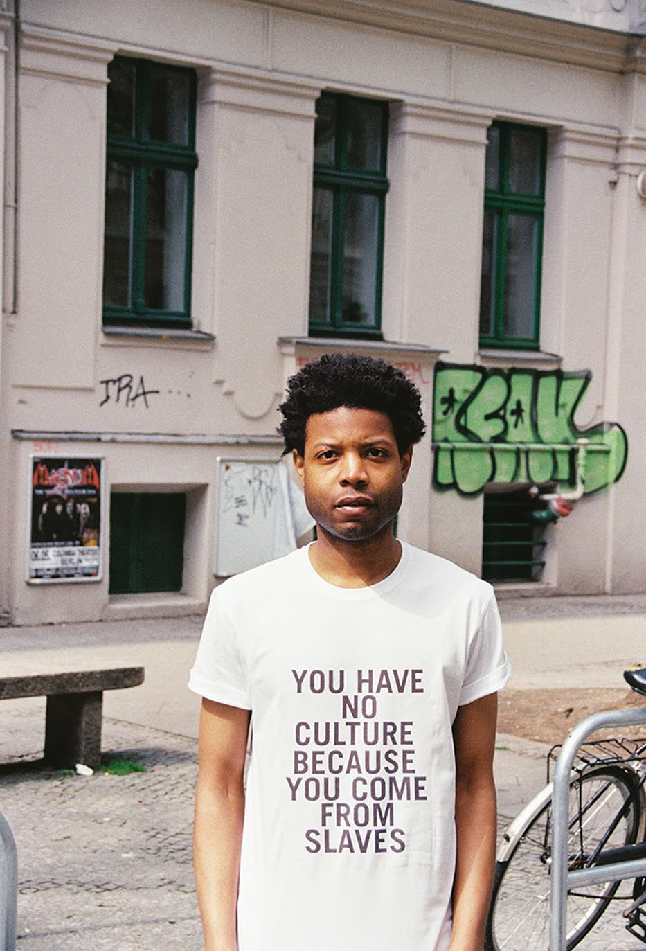 Him Noir | Questo artista indossa- le frasi razziste che gli dicono in giro-6
