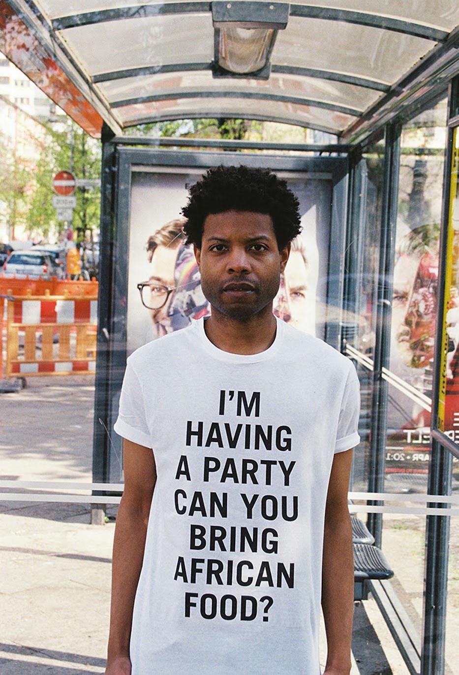 Him Noir | Questo artista indossa- le frasi razziste che gli dicono in giro-7