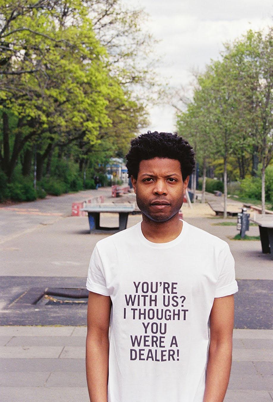 Him Noir | Questo artista indossa- le frasi razziste che gli dicono in giro-9