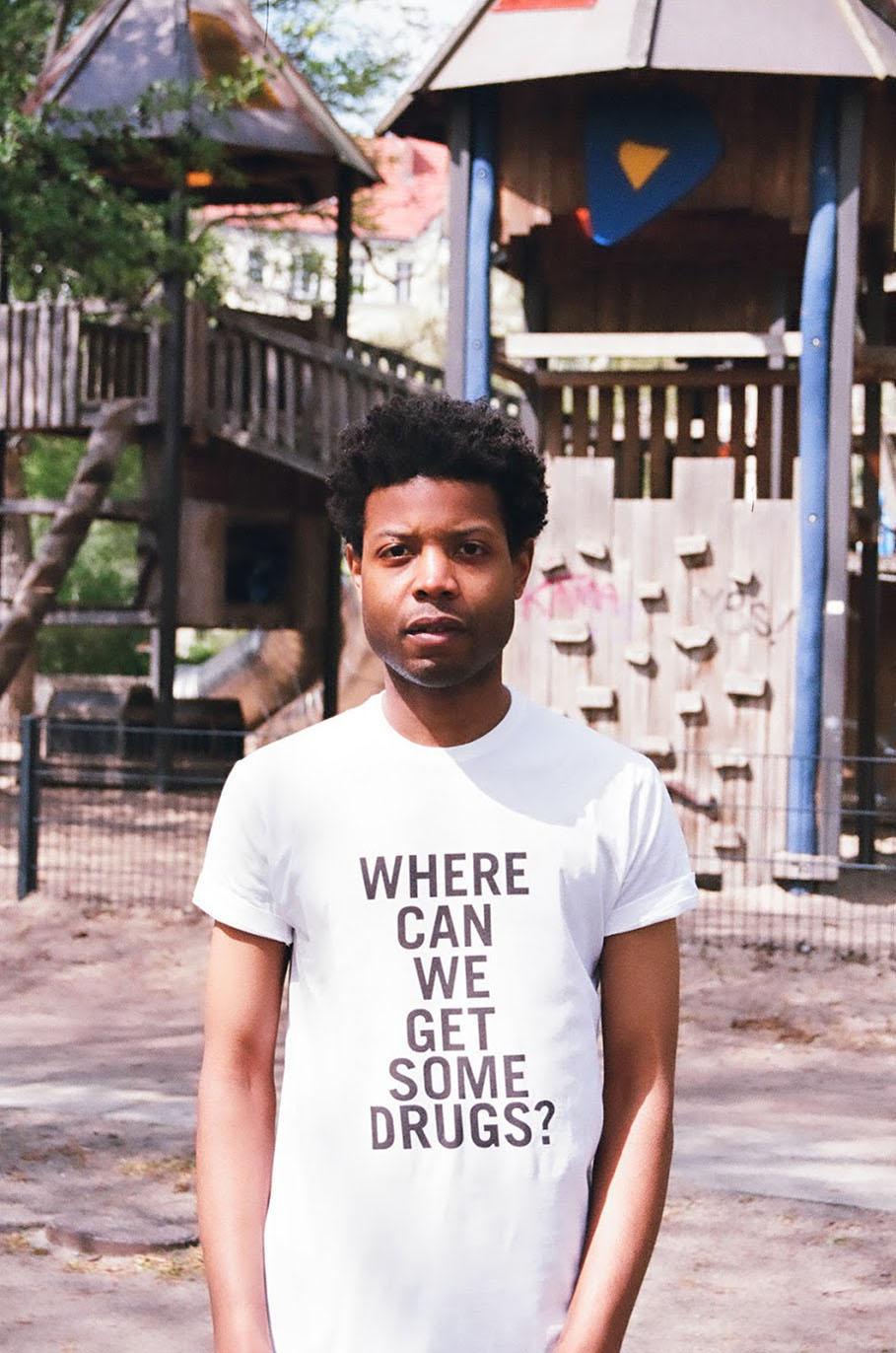 Him Noir | Questo artista indossa le frasi razziste che gli dicono in giro