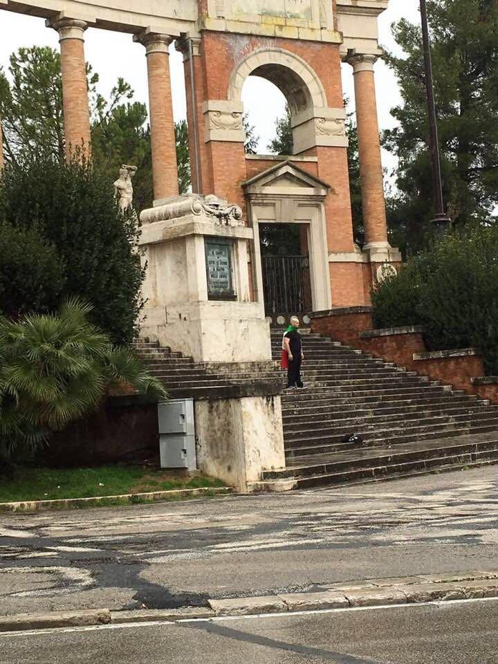 La caccia al ne**o è iniziata | A Macerata un fascista ex candidato Lega Nord spara su africani