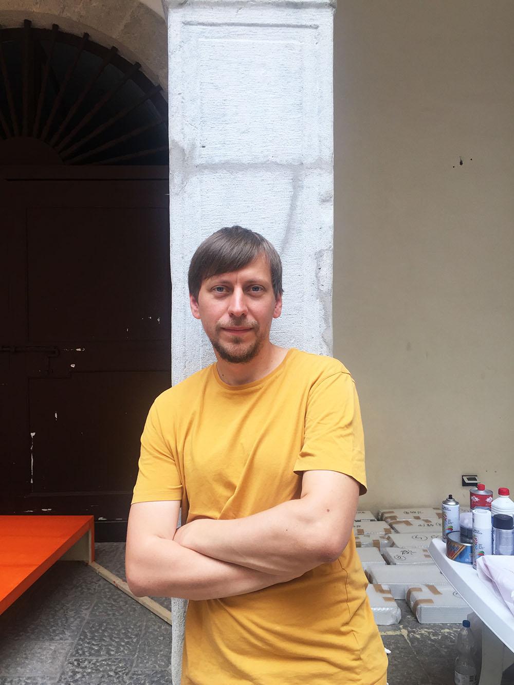 Manifesta Biennale | I 'Giochi Senza Frontiere' di Marcin Dudek riflettono e frantumano passato e presente