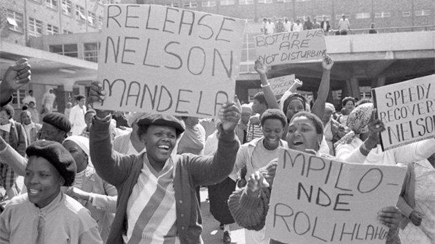 Nelson Mandela viene arrestato per tradimento - via https://www.sutori.com/item/untitled-c1c1-47ed Nelson Mandela sul tetto della Kholvad House | Foto di Ahmed Kathrada - via NelsonMandela/Facebook