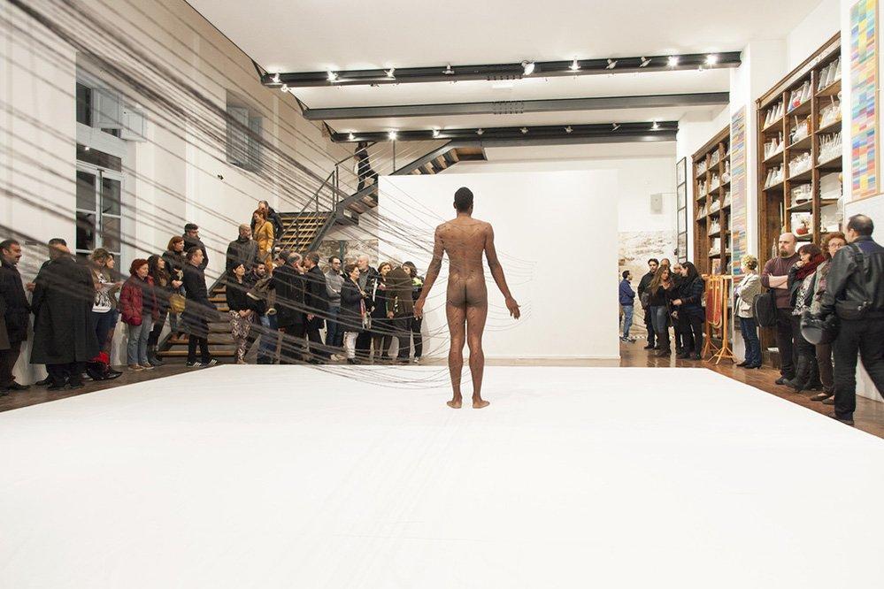 griot-mag-Biennale Venezia 2017 | La pelle di Carlos Martiel è un terreno di scontro