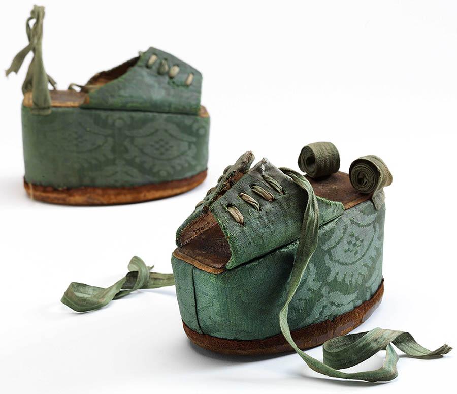 griot-mag-pleasure-and-pain-chopine-1600-©victoria-albert-museum