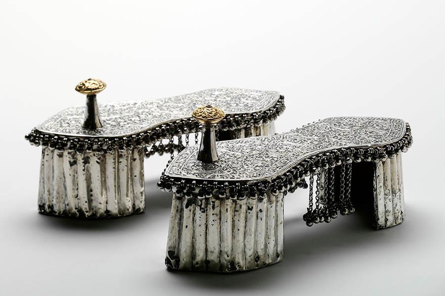 griot-mag-pleasure-and-pain-Sandali matrimoniali Toe-Knob, argento e oro su legno, India – 1800 ©Victoria and Albert Museum