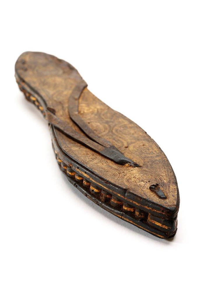 griot-mag-pleasure-and-pain-Sandalo singolo in pelle e papiro dorati e incisi, Egitto, c.30 ac – 300 CE-©victoria-albert-museum