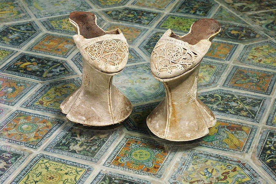 griot-mag-pleasure-and-pain-scarpe in pelle perforata su pino intagliato - Venezia, c.1600 ©Victoria and Albert Museum