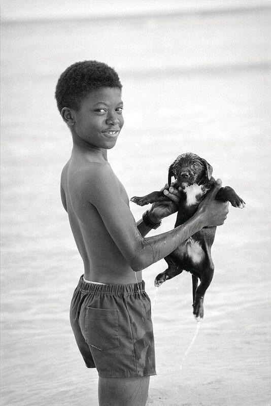 """Little Ones   Alessia Bulgari racconta """"i suoi bambini"""" in un libro fotografico-Il bagno, Barbados, 1998"""
