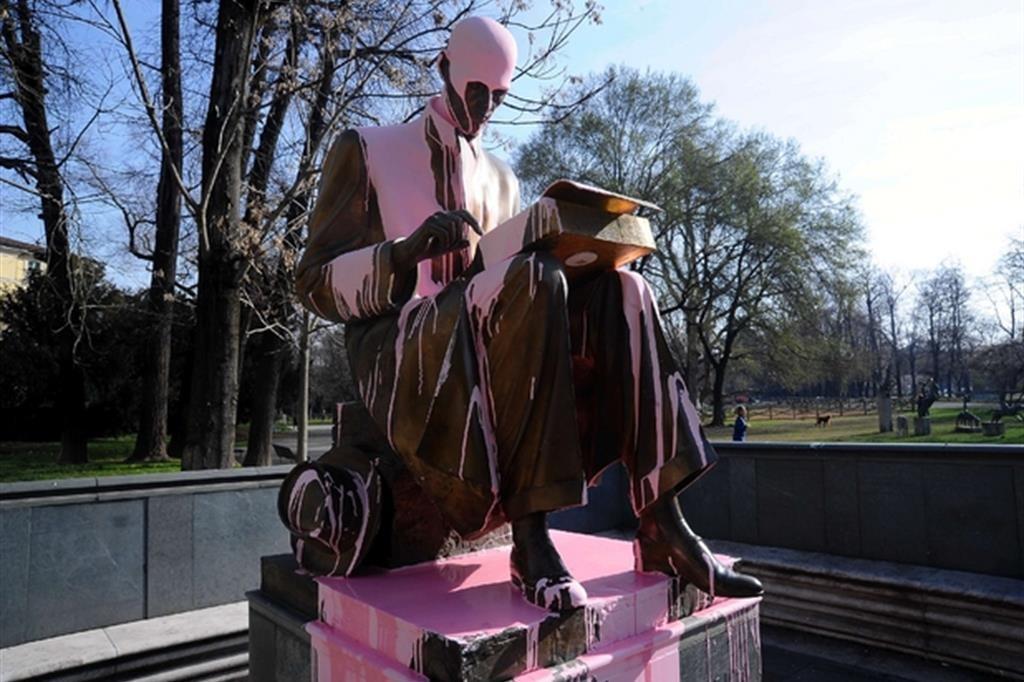 La statua di Montanelli ri-significata di vernice rosa da Non una di meno (2019): via