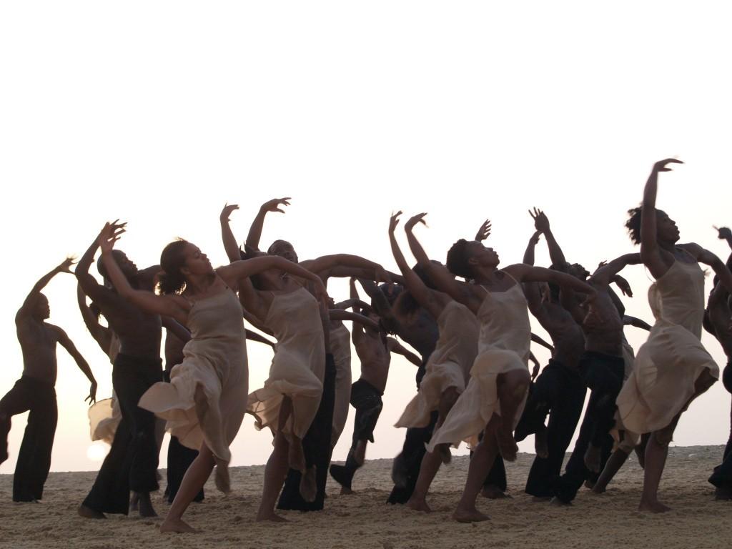 'Dancing at Dusk' | 38 danzatori da 14 paesi africani in scena con 'La Sagra della Primavera' di Pina Bausch